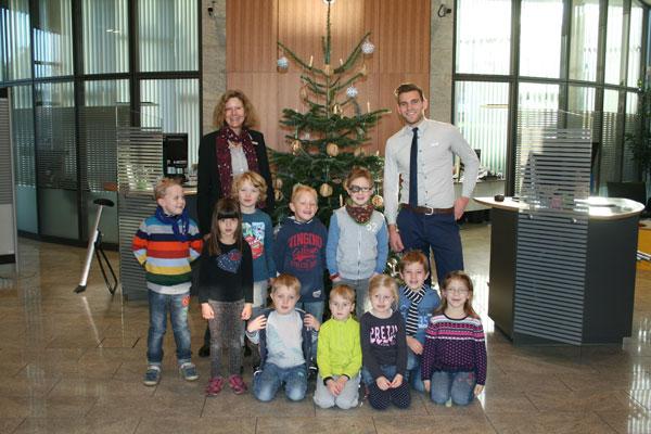Kinder schmückten Tannenbaum der Volksbank