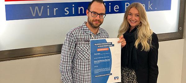 Vier junge Mitarbeiter der Volksbank Kleverland eG schließen ihr Studium mit großem Erfolg ab